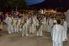 Saxolosax saxophonists disguised as white clowns